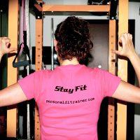 t-shirt colorata donna con logo stayfit dello studio personal fit trainer milano