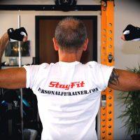 la t-shirt uomo con logo stayfit dello studio personal fit trainer milano