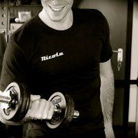 t-shirt uomo nera personalizzata con proprio nome da personal fit trainer studio milano